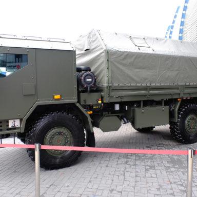 Nowoczesna ciężarówka wojskowa