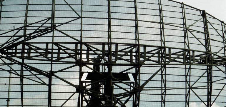 Antena radiolokacyjna z grupy aperturowo-reflektorowych